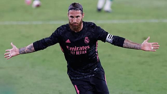 Gestur pemain Real Madrid, Sergio Ramos dalam laga lanjutan Liga Spanyol melawan Real Betis di Stadion Benito Villamarin, Sevilla, 26 September 2020. Juara bertahan Liga Spanyol Real Madrid meraih kemenangan perdana mereka musim ini setelah menundukkan tuan rumah Real Betis 3-2. REUTERS
