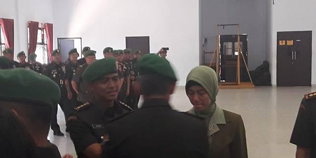 Kolonel Kav Hendi Suhendi dan istrinya seusai serah terima jabatan di Aula Sudirman Markas Korem di Kendari, Sulawesi Tenggara, Sabtu (12/10/2019).(KOMPAS.com/KIKI ANDI PATI)