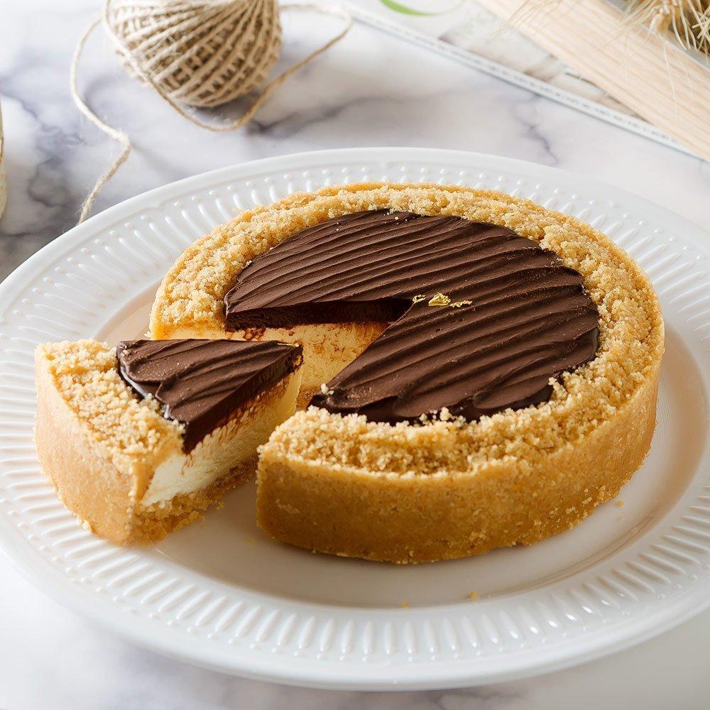 2019蘋果日報母親節蛋糕評比雙冠軍!評審評語:外型典雅,巧克力頂級,起司厚濃香,用料實在。使用72%比利時巧克力乳酪搭配日本北海道乳酪×紐西蘭頂級乳酪完美比例融合的無限乳酪,外層使用牛奶酥餅,每一口