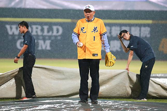 ▲台北市長柯文哲受中信兄弟邀請在比賽前來開球,不料天