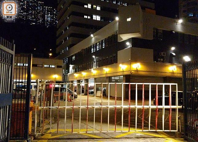 葵涌警署內的停車場被人投擲玻璃樽。(文健雄攝)