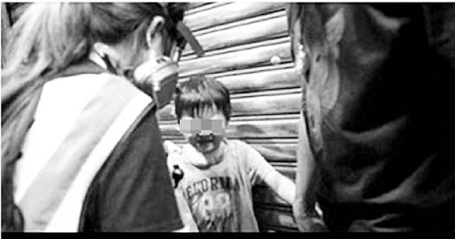 網瘋傳「小男童走失」求助港警遭噴胡椒水! 攝影師出面說真相