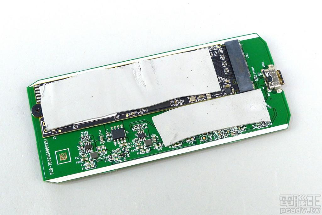 抽出 Crucial X8 內部電路板,2 片導熱墊分別覆蓋發熱區,其一為轉接晶片,其一為 M.2 2280 SSD 本體。