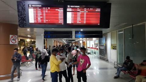 Foto: Haru, Keluarga Penumpang Sriwijaya Air SJ-182 Menunggu di Bandara Supadio (4)
