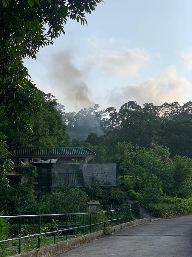 直升機墜毀起火冒煙。(讀者提供)