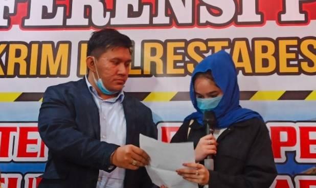 Artis FTV Hana Hanifah yang terseret kasus prostitusi saat dihadirkan dalam konferensi pers di Mapolrestabes Medan. (Foto: Antara)