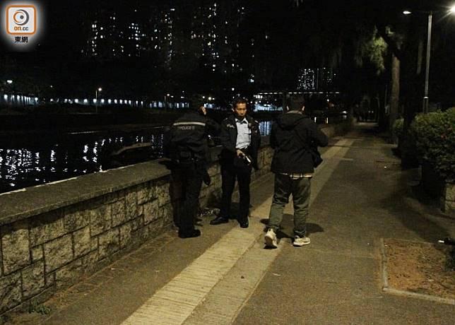 警員在林村河一帶調查。(袁以諾攝)