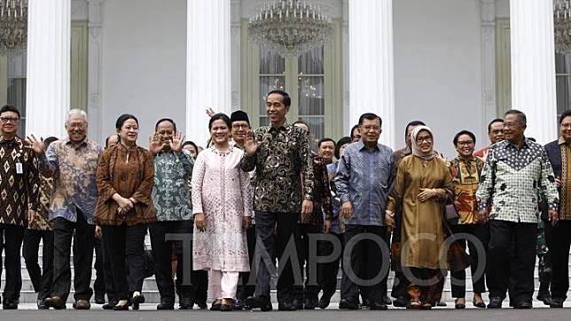 Presiden Joko Widodo bersama Ibu Iriana Joko Widodo dan Wapres Jusuf Kalla bersama Ibu Mufidah Jusuf Kalla berfoto bersama sejumlah Menteri Kabinet Kerja Periode 2014-2019 saat acara perpisahan di Istana Negara, Jakarta, Jumat 18 Oktober 2019. Seperti diketahui, Jokowi akan dilantik sebagai Presiden periode kedua di Gedung MPR pada Minggu (20/10/2019) bersama dengan pasangannya, Wakil Presiden Ma'ruf Amin. TEMPO/Subekti