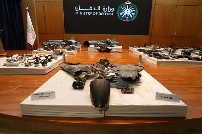 Sisa-sisa rudal yang dikatakan pemerintah Arab Saudi digunakan untuk menyerang fasilitas minyak Saudi Aramco, ditampilkan selama konferensi pers di Riyadh, Arab Saudi 18 September 2019. [REUTERS / Hamad I Mohammed]