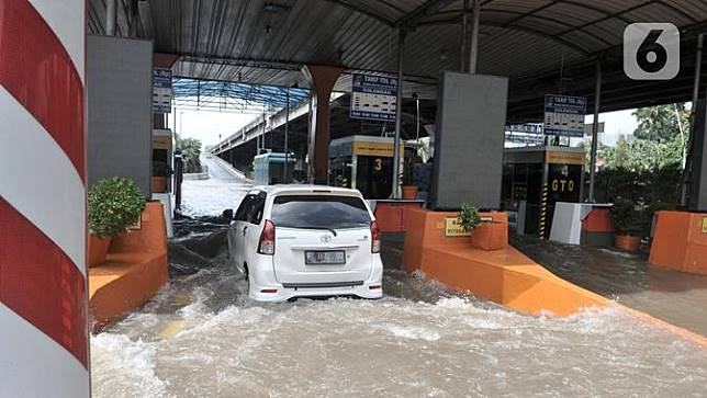 Terendam Banjir, Begini Penembakan Gerbang Tol Cempaka Putih