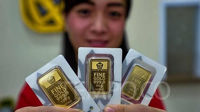 Petugas menunjukkan contoh emas yang dijual di butik emas Antam Mall Ambasador, Jakarta, Selasa, 2 Juli 2019. Harga emas PT Aneka Tambang (Persero) Tbk atau Antam melemah Rp5.000 per gram, yakni dari Rp699 ribu menjadi Rp694 ribu per gram, pada Selasa (2/7). Dengan demikian, harga logam mulia turun Rp11 ribu dalam dua hari berturut-turut. TEMPO/Tony Hartawan