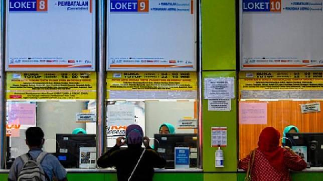 Karyawan melayani calon penumpang yang ingin melakukan pembatalan perjalanan di Stasiun Gambir, Jakarta, Minggu, 22 Maret 2020. Untuk mencegah penyebaran virus COVID-19, PT Kereta Api Indonesia (Persero) memberlakukan kebijakan pengembalian pemesanan tiket 100 persen atau full refund, yang akan dilayani sejak 23 Maret untuk keberangkatan sampai dengan 29 Mei 2020. ANTARA