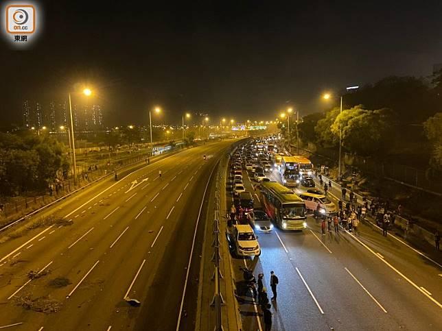 吐露港公路因有路障交通受阻。(何青霞攝)