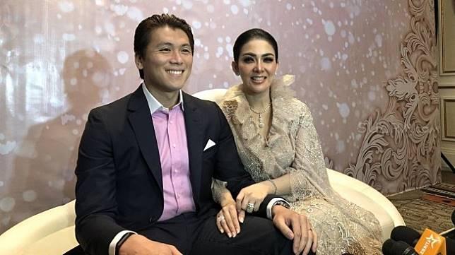 Syahrini dan Reino Barack di acara resepsi pernikahan yang digelar di Hotel Fourseason, Jakarta, Jumat (3/5/2019). [Revi C Rantung/Suara.com]