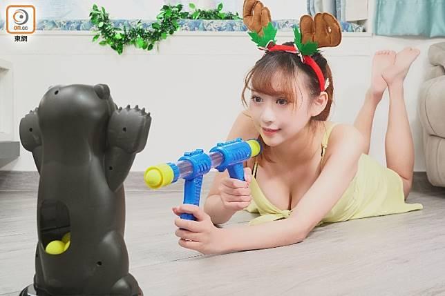 「Hungry Bear」附有空氣槍,最多可放6粒膠波,前後加壓就可射出。(莫文俊攝)