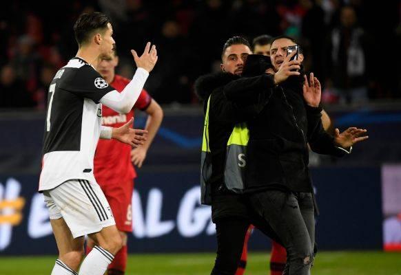 Cristiano Ronaldo memarahi seorang pendukung yang mengajaknya berswafoto usai laga Liga Champions kontra Bayer Leverkusen
