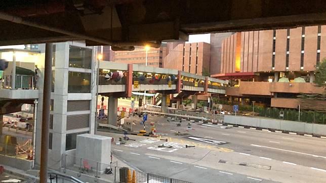 紅隧收費廣場路面有雜物阻路。