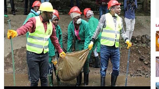清潔人員在河川中發現遺體。圖/翻攝自nairobinews