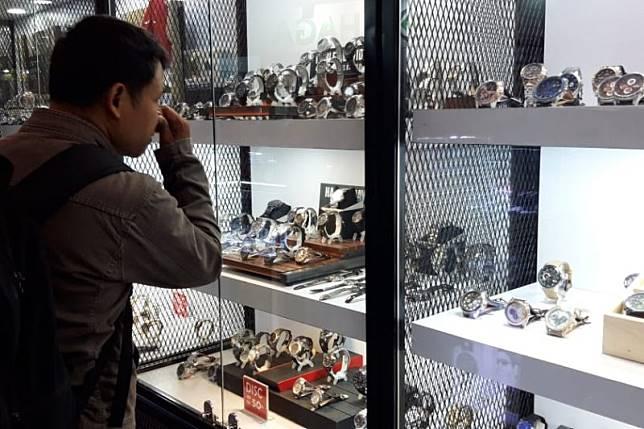 Jelang penutupan, gerai jam tangan perang diskon di Jakarta Fair