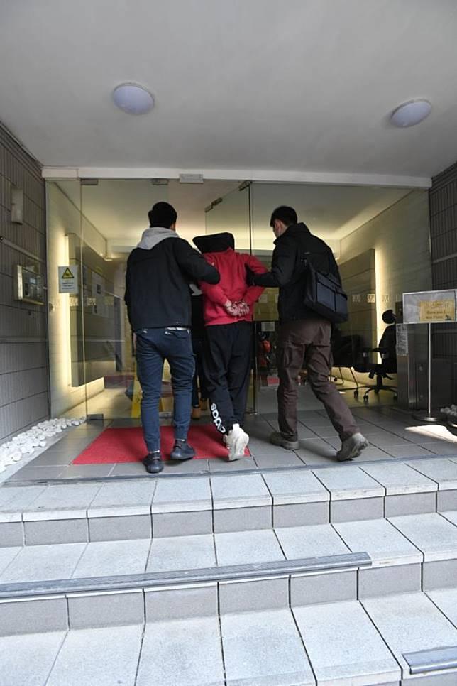 警方拘捕一名中年男子。梁國峰攝