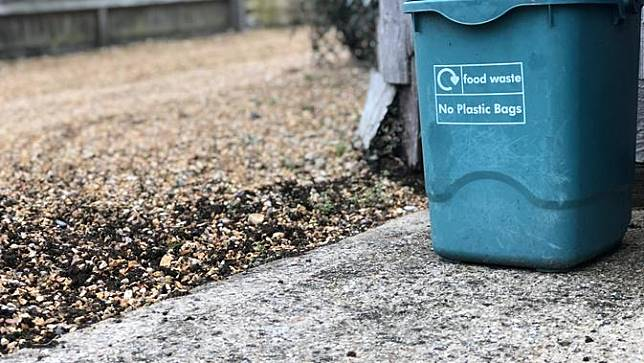 Benda Sederhana yang Bantu Atasi Bau Tak Sedap pada Tong Sampah