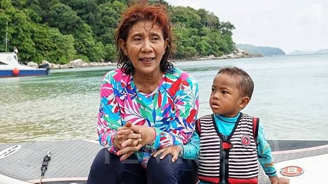 Maritime Affairs and Fisheries Minister Susi Pudjiastuti poses with her grandson, Mezut, after paddle boating in the waters off Minggo Island, Anambas, Riau Archipelago, Tuesday, July 16, 2019. TEMPO/Hendartyo Hanggi