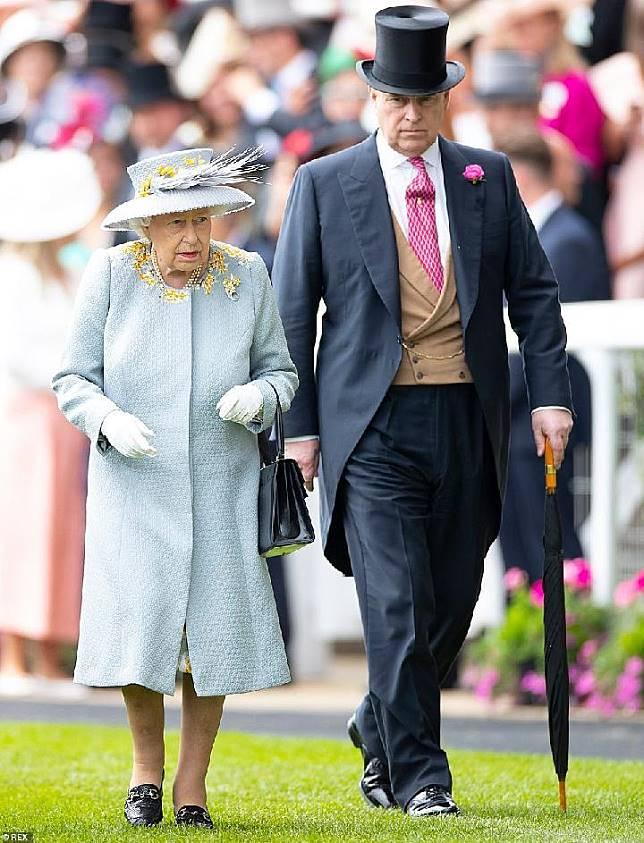 Ratu Elizabeth II dan putra keduanya, Pangeran Andrew menghadiri Ladies Day di Royal Ascot, Juni lalu. [DAILY MAIL]