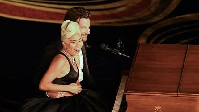 Lady Gaga dan Bradley Cooper duet di panggung Piala Oscar 2019. [VALERIE MACON / AFP]