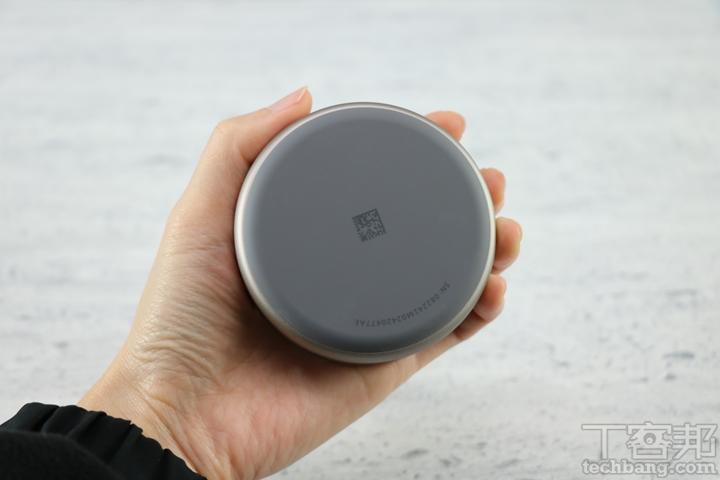 充電盒底部有一層矽膠墊,雖然能避免產品滑落,不過材質上容易沾附灰塵。