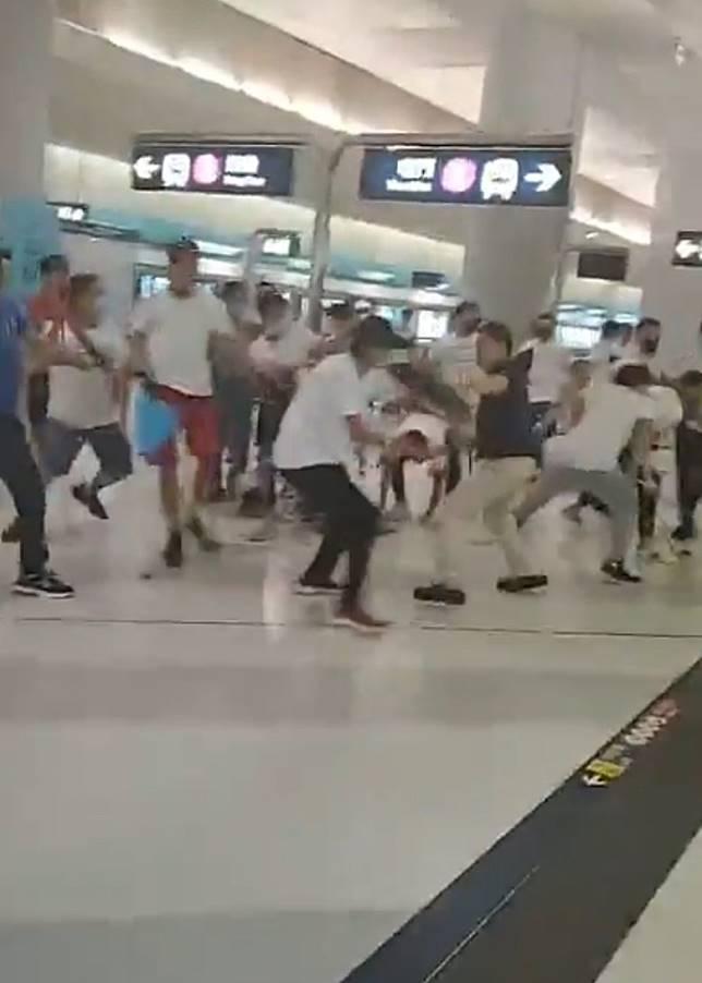 大批白衫人士湧上月台。(互聯網)