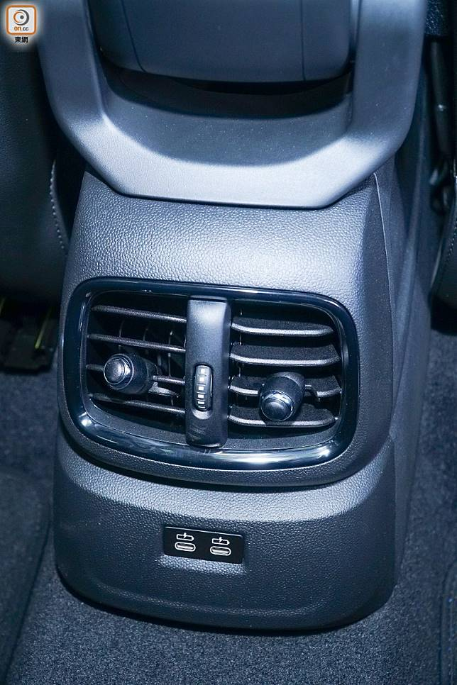 後排冷氣出風口下方,加配了雙USB充電插座,方便後排乘客隨時為手機充電。(莫文俊攝)