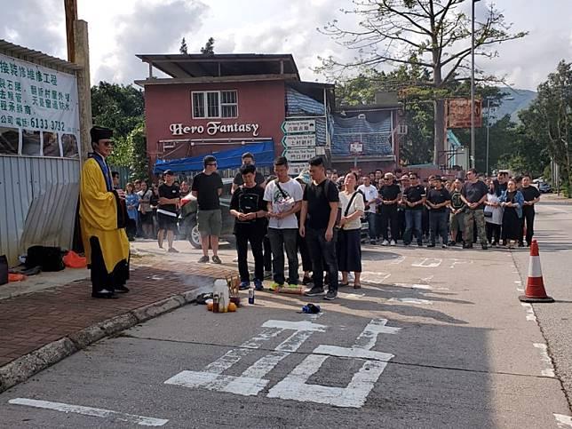 過百名親友在道士帶領下進行招魂儀式。