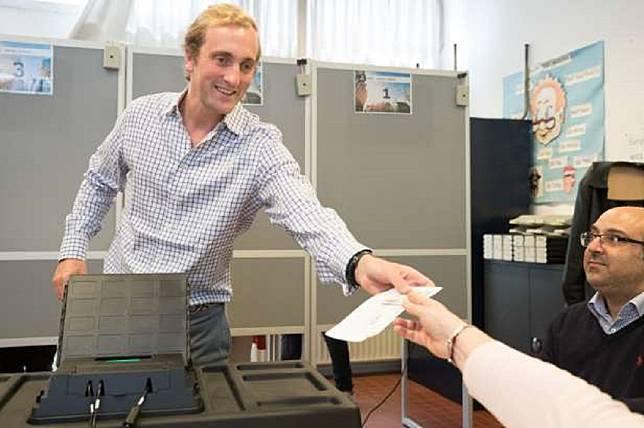 Pangeran Joachim (kiri) berada di sebuah tempat pemungutan suara di Brussels, Belgia, 26 Mei 2019. (Foto: BENOIT DOPPAGNE/AFP/Getty Images)