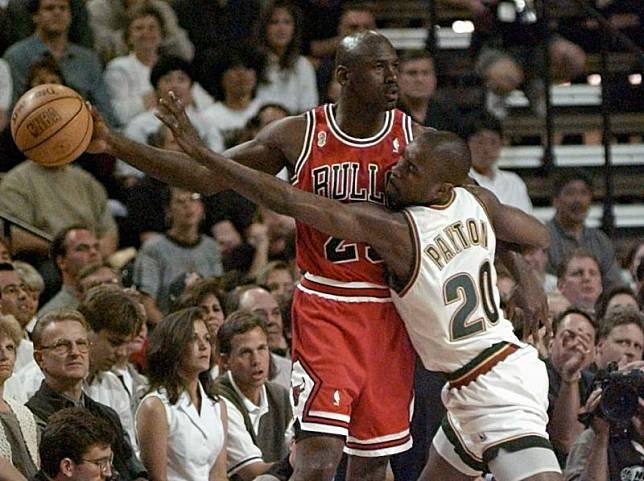 Gary Payton貼身防守Michael Jordan。