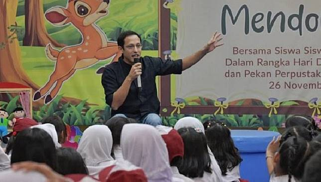 Mendikbud Nadiem Makarim mendongeng di hadapan anak-anak di Jakarta, Selasa, 26 November 2019. (BKLM Kemendikbud)