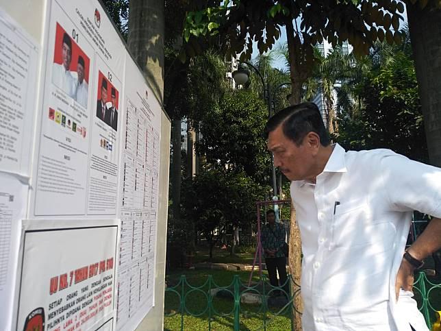 Menteri Koordinator bidang Kemaritiman Luhut Binsar Pandjaitan menggunakan hak pilihnya. Foto: Medcom.id/Desi Anggriani.