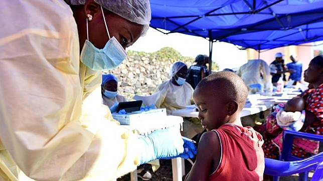 A Congolese health worker administers ebola vaccine to a child at the Himbi Health Centre in Goma, Democratic Republic of Congo, July 17, 2019. WHO chief Tedros Adhanom Ghebreyesus said he had accepted the recommendations of a committee of international experts which stressed there should be no restrictions on travel or trade, and no entry screening of passengers at ports or airports outside the immediate region.  REUTERS/Olivia Acland