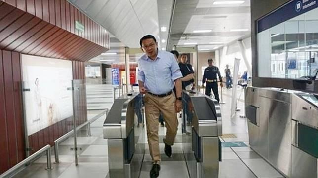 Mantan Gubernur DKI Jakarta Basuki Tjahaja Purnama atau Ahok menyambangi salah satu stasiun MRT di Stasiun MRT ASEAN, Jakarta, Jumat (5/7). (Instagram/@basukibtp)