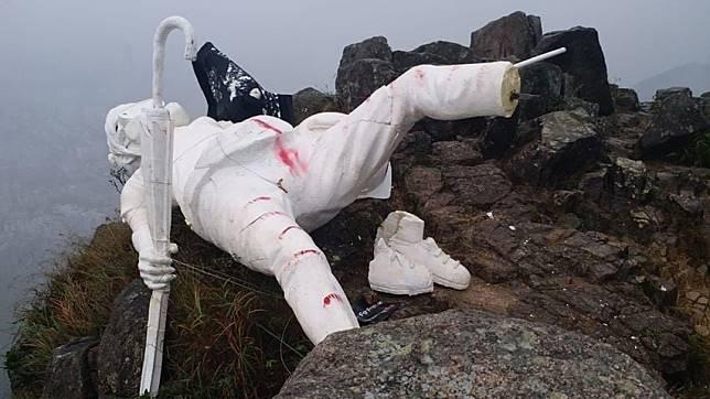 香港民主女神像,今早被發現倒塌,雕像的腳部斷開,身上有紅色的痕跡。(網上圖片)