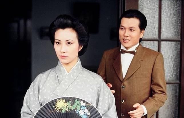 後來秋瑾逃情往日本留學,與劉江飾演金逸之共墮愛河,原來劉江當年都幾型仔。(互聯網)