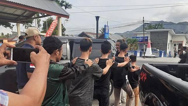 Kepolisian Resor Bone Bolango kembali menangkap enam terduga pelaku panah wayer yang masih berstatus pelajar, Kamis (5/12/2019). (Foto: Liputan6.com/Aceng Mukaram)