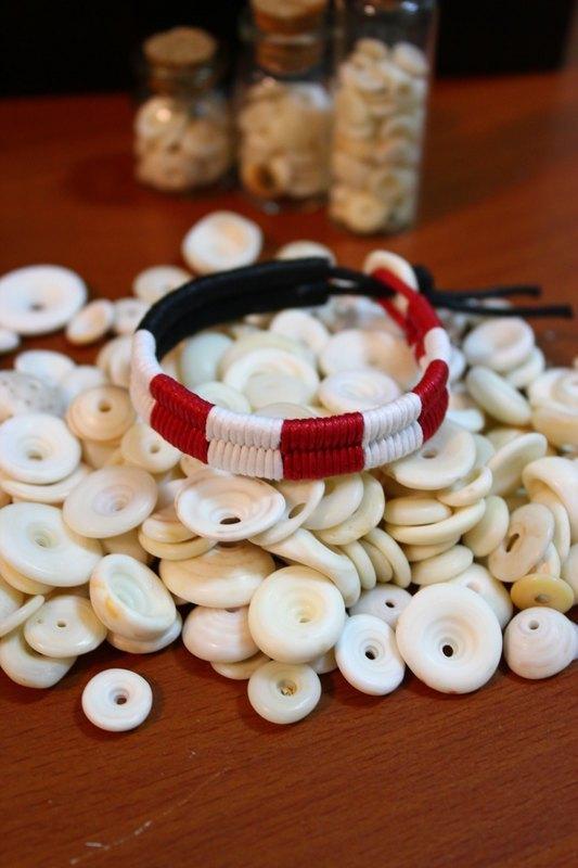 / 商品說明及故事 / ▲ 以多樣化的手作編繩搭配puka,創作獨一無二、顏色繽紛的飾品。 >>> 商品圖一顏色為: 黑色(3分之1) /紅白交叉(3分之2) >>> 商品圖二顏色為: 黑色(3分之1