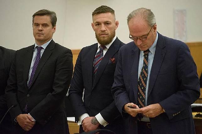 Conor McGregor (tengah) saat menjalani sidang kasus serangan ke bus yang ditumbangi Khabib Nurmagomedov di Kings County Criminal Court Brooklyn, New York. (AP)
