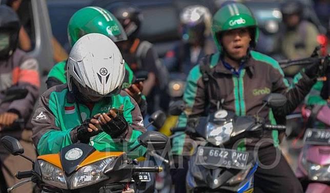 Pengemudi ojek online tengah menunggu penumpang dikawasan Stasiun Juanda, Jakarta, Jumat, 14 Juni 2019. Kementerian Perhubungan (Kemenhub) memastikan aturan perlindungan keselamatan dan perhitungan tarif ojek online (ojol) akan berlaku paling lambat pekan depan. Tempo/Tony Hartawan
