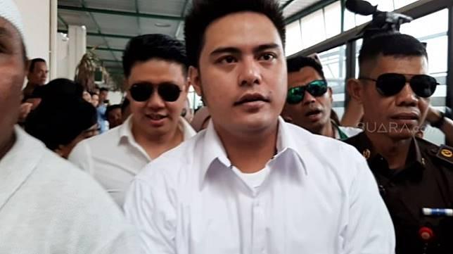 Galih Ginanjar tiba di Pengadilan Negeri Jakarta Selatan untuk pertama kalinya menjalani sidang kasus ikan asin, Senin (9/12/2019). [Sumarni.Suara.com]