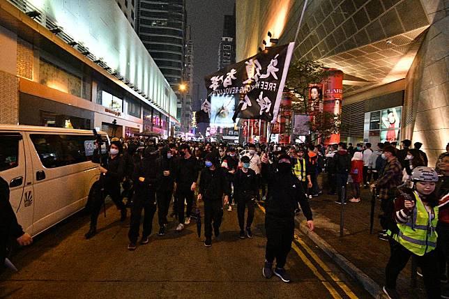 黑衣示威者佔據馬路。