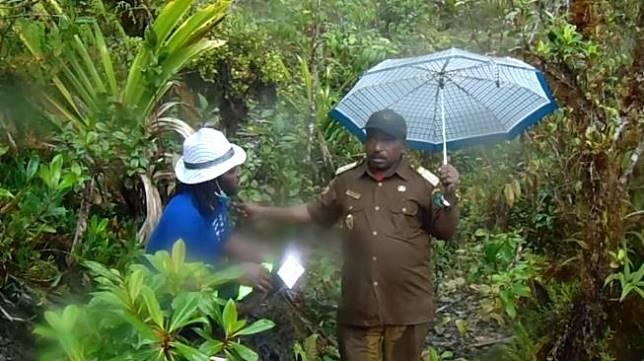 Wabup Nduga, Wentius Nimiangge (kanan). [Jubi/Youtube]