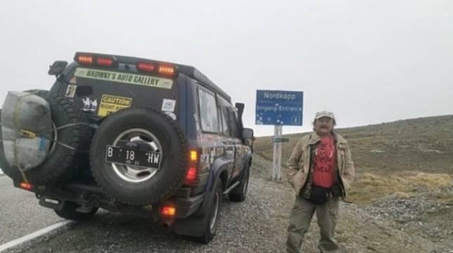 Hauwke Setjodiningrat, Pengusaha Indonesia Keliling Dunia Naik Mobil Toyota Land Cruiser VX Lansiran Tahun 1996. (Instagram/happygoluckyexpedition)