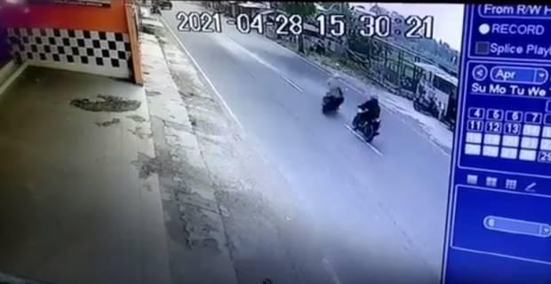 Detik-detik Tabrakan Dua Motor Terekam CCTV, Satu Orang Tewas