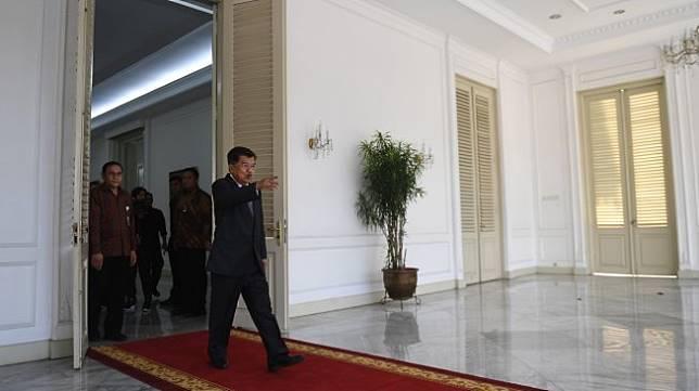 Wakil Presiden Jusuf Kalla berjalan meninggalkan Istana Wakil Presiden pada hari terakhirnya bertugas di Jakarta, Sabtu (19/10). [ANTARA FOTO/Akbar Nugroho Gumay]